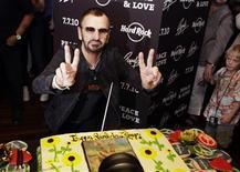<p>El baterista Ringo Starr saluda tras soplar una vela de su pastel de cumpleaños en el restaurante Hard Rock Cafe de Nueva York, jul 7 2010. ¿Qué se le puede dar a uno de los músicos más famosos del mundo como regalo de cumpleaños? El ex Beatle Ringo Starr, quien celebró el miércoles sus 70 años, quiere un poco de paz y amor. REUTERS/Lucas Jackson</p>