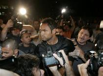 <p>Goleiro Bruno, do Flamengo, é levado à delegacia de homicídios no Rio de Janeiro: segundo delegado, ele estava em lugar onde Eliza teria sido morta. REUTERS/Luiza Garcia</p>