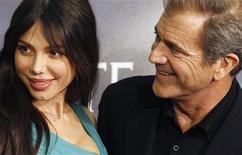 """<p>Foto de archivo del actor Mel Gibson y su ex pareja Oksana Grigorieva durante el estreno de la película """"Edge of Darkness"""" en Madrid, feb 1 2010. Agentes de la policía dijeron el jueves que están revisando alegatos de que el director ganador del premio Oscar y actor Mel Gibson habría abusado físicamente de su ex novia y madre de uno de sus hijos. REUTERS/Juan Medina/Files</p>"""