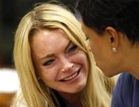 """<p>Lindsay Lohan reage ao lado de sua então advogada Shawn Chapman Holley durante leitura de sentença em Beverly Hills, na Califórnia. A atriz está """"morta de medo"""" de ir para a cadeia e planeja apelar com um novo advogado da sentença de 90 dias de prisão que recebeu, disse sua mãe Dina Lohan. 06/07/2010 REUTERS/David McNew/Pool</p>"""