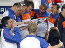<p>Jogadores da Holanda lêem jornal em Johanesburgo. O técnico da Holanda, Bert van Marwijk, claramente aprendeu com os erros passados de seu país em grandes torneios, como se vê pela maneira como conduziu seu time até a final da Copa do Mundo contra a Espanha em Johanesburgo no domingo.07/07/2010.REUTERS/Thomas Mukoya</p>