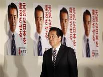 <p>Премьер-министр Японии Наото Кан идет на пресс-конференцию, проходящую в Токио, 12 июля 2010 года. Правящая партия Японии потерпела поражение на выборах в верхнюю палату парламента, что может помешать запланированному сокращению огромного госдолга и восстановлению экономики. REUTERS/Issei Kato</p>