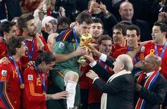 <p>Presidente da Fifa, Joseph Blatter, entrega troféu da Copa à Espanha: para ele, falta de 'fair play' estragou a final com a Holanda. REUTERS/Michael Kooren</p>