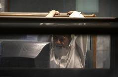 <p>A trader at Karachi's Stock Exchange looks at a computer screen as he monitors the market September 24, 2009. REUTERS/Akhtar Soomro</p>