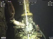 <p>Una sección de la nueva tapa de contención que BP instaló sobre su pozo averiado en el Golfo de México aparece en esta captura de video obtenida el 12 de julio del 2010. REUTERS/BP/Handout (UNITED STATES)</p>