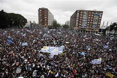 <p>Torcedores aguardam em Montevidéu a chegada da seleção uruguaia de futebol, quarta colocada na Copa do Mundo da África do Sul. REUTERS/Andres Stapff</p>