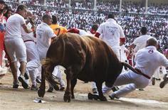 <p>Españoles corren de los toros durante el último día del Festival San Fermín, en Pamplona. Jul 14 2010. Cinco hombres resultaron heridos por asta de toro y otros dos por traumatismos en el encierro que cerró el miércoles la fiesta española de San Fermín de este año, en el que los toros de la ganadería de Jandilla volvieron a hacer gala de su fama de peligrosos. REUTERS/Joseba Etxaburu</p>