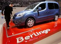 <p>A worker cleans a new Citroen Berlingo car displayed during the first media day of the 78th Geneva Car Show at the Palexpo in Geneva March 4, 2008. REUTERS/Arnd Wiegmann</p>