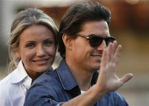 """<p>Atores Tom Cruise e Cameron Diaz andam em motocicleta durante filmagem de """"Encontro Explosivo"""", em Sevilha, sul da Espanha. 11/12/2009. REUTERS/Javier Barbancho</p>"""