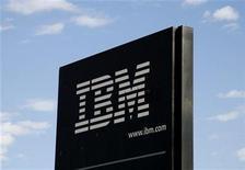 <p>Foto de archivo del logo de la compañía IBM en su planta de Boulder, EEUU, sep 8 2009. International Business Machines reportó el lunes un aumento menor al esperado de sus ingresos del segundo trimestre, lo que presionaba a las acciones de la firma tecnológica estadounidense. REUTERS/Rick Wilking</p>