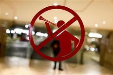 """<p>Значок, оповещающий о запрете на использование вувузел, сфотографирован на двери почты в Блюмфонтейне, 15 июня 2010 года. Лондонский """"Тоттенхэм"""" запретил вувузелы на своем стадиона """"Уайт Харт Лэйн"""", сославшись на опасность, которую эти пластиковые рожки представляют для людей. REUTERS/Jorge Silva</p>"""