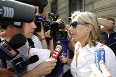 <p>Sophie Bottai (dir), advogada de Franck Ribery, fala com jornalistas ao deixar a sede de uma delegacia em Paris. Os astros do futebol Franck Ribery e Karim Benzema estão detidos para questionamentos pela suposta solicitação de sexo com uma menor de idade. 20/07/2010 REUTERS/Benoit Tessier</p>