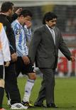 <p>Maradona deixa campo após derrota. O argentino Diego Maradona disse nesta quarta-feira que na próxima semana decidirá se aceita ou não seguir até 2014 como técnico da seleção de seu país, depois de uma viagem à Venezuela.03/07/2010.REUTERS/Carlos Barria</p>