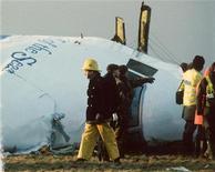 <p>Шотландские спасатели ищут выживших в авиакатастрофе самолета авиакомпании Pan American в небе над шотландским городом Локерби в 1988 году , 13 августа 2003 года. Решение освободить из тюрьмы одного из организаторов взрыва самолета авиакомпании Pan American в небе над шотландским городом Локерби в 1988 году было принято без сговора с нефтяной компанией BP, сказал премьер-министр Шотландии Алекс Сэлмонд. REUTERS/Greg Bos</p>