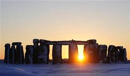 <p>Imagen de archivo del monumento prehistórico Stonehenge, en Wiltshire, sur de Inglaterra. Ene 7 2010. Un equipo de arqueólogos ha descubierto una versión en madera del monumento prehistórico británico Stonehenge en la misma zona, dijo a Reuters el líder del proyecto. REUTERS/Kieran Doherty/ARCHIVO</p>