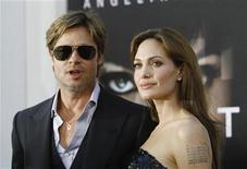 """<p>El actor Brad Pitt junto a su esposa Angelina Jolie asisten a la premier de """"Salt"""", en Hollywood. Jul 19 2010. Las estrellas de Hollywood Brad Pitt y Angelina Jolie aceptaron el jueves una indemnización por una cifra no revelada, tras demandar a un tabloide británico que había afirmado que se estaban separando. REUTERS/Mario Anzuoni</p>"""
