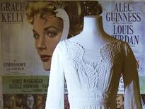 <p>Manequim com um vestido usado por Grace Kelly é exposto no museu Victoria & Albert, de Londres, foto de 25 de abril de 2010. A exibição termina em setembro. REUTERS/Luke MacGregor</p>