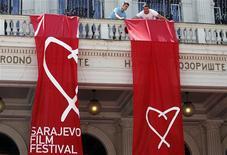"""<p>Funcionários preparam o Teatro Nacional para o Festival de Filmes de Sarajevo, nesta sexta-feira. O festival começa com a estreia mundial de """"Circus Columbia"""", um romance que se passa no período que levou à guerra de 1992-95, dirigido pelo bósnio vencedor de um Oscar Danis Tanovic. 22/07/2010 REUTERS/Danilo Krstanovic</p>"""