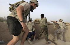 <p>Soldados afganos y estadounidenses asumen posiciones de combate luego de recibir fuego enemigo en el valle Arghandab, al norte de Kandahar, jul 27 2010. REUTERS/Bob Strong (AFGHANISTAN)</p>