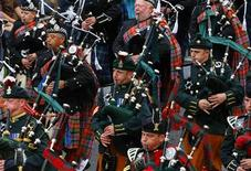 <p>Pipers from the Edinburgh Military Tattoo Massed Pipes and Drums perform during the Edinburgh Fringe Festival parade in Holyrood Park in Edinburgh, Scotland, August 9, 2009. REUTERS/David Moir</p>