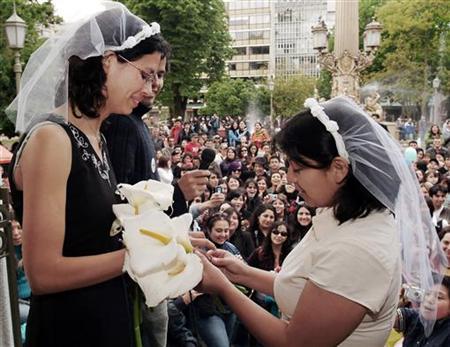 Matrimonio Simbolico Chile : Plan matrimonio mismo sexo chile fisura a oposición reuters