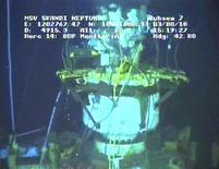 """<p>Кадр из видеозаписи, демонстрирующей поврежденную скважину в Мексиканском заливе 3 августа 2010 года. Нефтяная компания BP Plc заявила об удачном ходе операции """"static kill"""" в Мексиканском заливе - закачки в поврежденную скважину цемента и буровой смеси. REUTERS/BP/Handout</p>"""