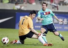 <p>Lionel Messi do Barcelona marca gol contra goleiro sul-coreano durante amistoso em Seul. O atacante argentino marcou dois gols para ajudar o Barcelona a vencer por 5 x 2. 04/08/2010 REUTERS/Jo Yong-Hak</p>