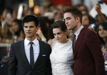 """<p>Taylor Lautner (esq), Kristen Stewart and Robert Pattinson (dir) na estreia de """"A Saga Crepúsculo: Eclipse"""" em Los Angeles. O filme final da série sobre vampiros chegará aos cinemas em 16 de novembro de 2012. 24/06/2010 REUTERS/Mario Anzuoni</p>"""
