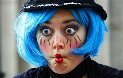 <p>A street entertainer pulls a face while performing during the opening day of the Edinburgh Fringe Festival August 6, 2010. The festival runs for the rest of August. REUTERS/David Moir</p>