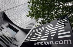 <p>Foto de archivo del logo de la compañía IBM en su sede de La Defense en París, mayo 6 2005. IBM dijo el viernes que pagará unos 480 millones de dólares en efectivo para adquirir a la empresa de programas de mercadotecnia Unica Corp para expandir su cartera de servicios de software y tecnología. REUTERS/Philippe Wojazer</p>