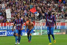 <p>O recém-promovido Caen conseguiu mais um resultado surpreendente ao derrotar o Olympique de Lyon por 3 x 2, neste domingo, pelo Campeonato Francês. REUTERS/Robert Chalaux</p>