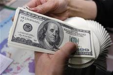 <p>An employee of an money exchange counts U.S. dollar bills in Tokyo in this November 27, 2009 file photo. REUTERS/Yuriko Nakao</p>