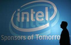 <p>Foto de archivo de un hombre frente al logo de la compañía Intel en Taipéi, jun 3 2009. Intel dijo el lunes que compraría la línea de productos de módem por cable del fabricante de microprocesadores Texas Instruments de cara a expandir su unidad de chips de electrónica del consumo. REUTERS/Pichi Chuang</p>