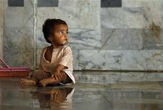 <p>Мухи летают вокруг ребенка в больнице в пакистанском городе Чарсадда, где расположились жертвы наводнений 17 августа 2010 года. ООН сообщила, что до 3,5 миллиона детей в Пакистане находятся в опасности из-за вероятности болезней, переносимых зараженной водой и насекомыми, после сильнейших наводнений в стране. REUTERS/Tim Wimborne</p>