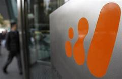 <p>A man walks into the head offices of BHP Billiton in central Melbourne July 22, 2009. REUTERS/Mick Tsikas</p>