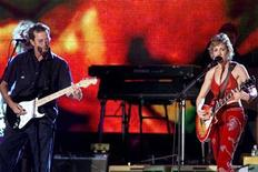 <p>Musician Sheryl Crow performs with rock guitar legend Eric Clapton at a concert in New York's Central Park, September 14, 1999. REUTERS/Mike Segar</p>