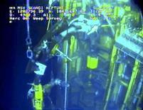 <p>Часть противовыбросового устройства, установленного BP для остановки утечки нефти в Мексиканском заливе, 31 июля 2010 года. Окончательная ликвидация утечки нефти в Мексиканском заливе произойдет не ранее сентября, сообщил адмирал Береговой охраны США Тэд Аллен, курирующий работы в заливе. REUTERS/BP/Handout</p>