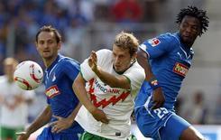 <p>Os jogadores do Hoffenheim Josip Simunic e Isaac Vorsah desafiam Aaron Hunt, do Werder Bremem, em partida pela Bundesliga alemã em Sinsheim, 21 de agosto de 2010. REUTERS/Thomas Bohlen</p>