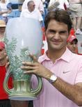 <p>Roger Federer com o troféu do Masters 1000 de Cincinnati após derrotar Mardy Fish em Ohio. 22/08/2010 REUTERS/John Sommers II</p>