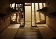 <p>Мужчина прохидит мимо пустой камеры тюрьмы штата Колорадо, 13 июля 2010 года. Не менее 25 заключенных следственного изолятора Госкомитета нацбезопасности (ГКНБ) Таджикистана, совершили в ночь на понедельник побег, убив пятерых охранников, сообщило ведомство. REUTERS/Rick Wilking</p>