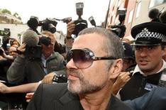 <p>El cantante George Michael a la salida de la corte de Highsbury en Londres, ago 24 2010. Michael admitió el martes que había estado bajo el efecto de la marihuana cuando estrelló su automóvil contra una tienda del norte de Londres en julio. REUTERS/Andrew Winning</p>
