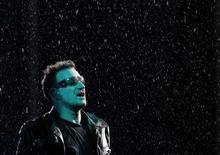 <p>Лидер группы U2 Боно во время концерта в Лужниках в Москве 25 августа 2010 года. Лидер легендарной ирландской группы U2 Боно вывел на главную рок-сцену России певца протеста Юрия Шевчука через день после чаепития с президентом Дмитрием Медведевым, списавшим музыкантов-оппозиционеров в запас. REUTERS/Denis Sinyakov</p>