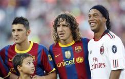 <p>Ronaldinho posa com David Villa e Puyol em Barcelona. O atacante David Villa marcou seu primeiro gol pelo Barcelona em um amistoso contra o Milan nesta quarta-feira. Fora do gramado, os dois clubes continuaram a negociação sobre o jogador do Barça Zlatan Ibrahimovic.25/08/2010.REUTERS/Albert Gea</p>