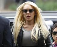 <p>Imagen de archivo de la actriz Lindsay Lohan, llegando a la corte de Beverly Hills en California. Jul 20 2010 Recién salida de rehabilitación y luego de 13 días en la cárcel, Lindsay Lohan regresó el jueves a Twitter y criticó a los paparazzi que han seguido todos sus movimientos. REUTERS/Danny Moloshok/ARCHIVO</p>
