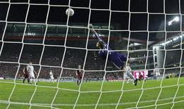 <p>O jogador do Kaiserslautern Ilicevic marca gol contra o Bayern de Munique nesta sexta-feira. REUTERS/Thomas Bohlen</p>