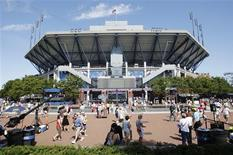 <p>Fans arrive at the Arthur Ashe Stadium for the U.S. Open in New York August 30, 2010. REUTERS/Kena Betancur</p>