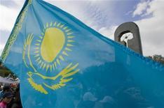 <p>Люди несут национальный флаг Казахстана, 18 июня 2009 года. Власти Казахстана прогнозируют замедление темпов роста экономики в 2011 году на 3,1 процента по сравнению с ростом в этом году на 5,0 процента, хотят удвоить со следующего года экспортную пошлину на нефть до $40 за тонну, ради увеличения доходов намерены ввести прогрессивную шкалу налогов для физлиц и снизить дефицит бюджета-2011, сообщили чиновники во вторник. REUTERS/Shamil Zhumatov</p>