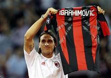 <p>O jogador sueco Zlatan Ibrahimovic exibe a camisa do Milan durante partida entre Milan e Lecce no estádio San Siro, Milão, 29 de agosto de 2010. REUTERS/Alessandro Garofalo</p>