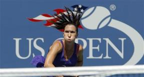 <p>Jelena Jankovic of Serbia serves to Simona Halep of Romania during the U.S. Open in New York, August 31, 2010. REUTERS/Mike Segar</p>