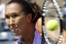 <p>Jelena Jankovic of Serbia hits a return to Simona Halep of Romania during the U.S. Open in New York, August 31, 2010. REUTERS/Mike Segar</p>